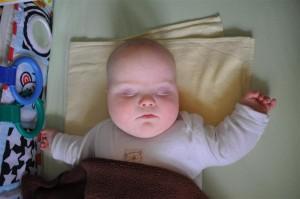 5 miesięczny Staszek z zespołem Downa w czasie drzemki