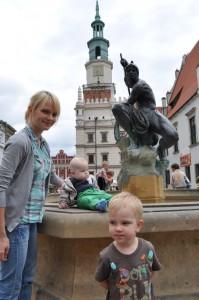 Z Mamą i Bratem przy fontannie na Rynku