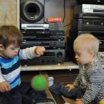 Adaś i Mateuszek - zabawy z piłką