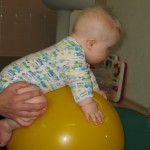 Trudne ćwiczenie - utrzymać równowagę na piłce, mieć wyprostowane rączki i podniesioną głowę.