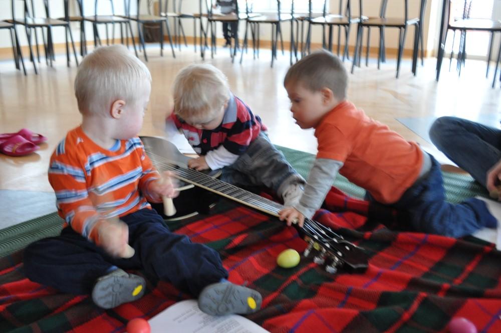 Mateuszek gra na klawesach, ja szarpię struny, a Szymek zmienia chwyty. Udany z nas zespół :)