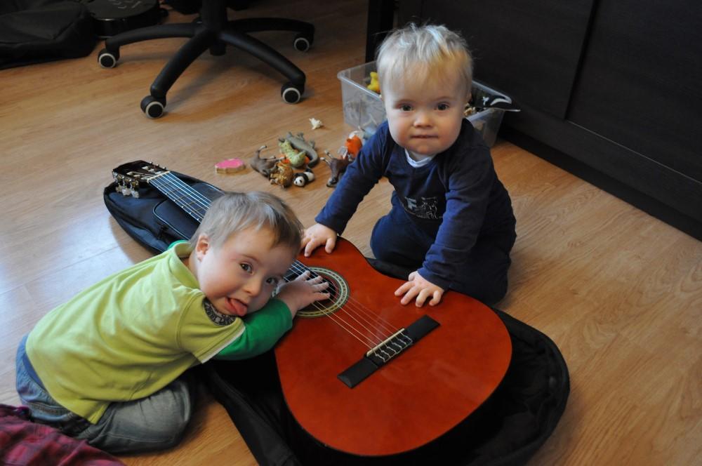 Rozgrzewamy łapki, grając na gitarze