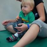 Na Terapii funkcjonalnej ćwiczę ubieranie i zdejmowanie butów i skarpet...