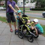 Jeden wózek i jedna siła napędowa. Za to pasażerów aż trzech.